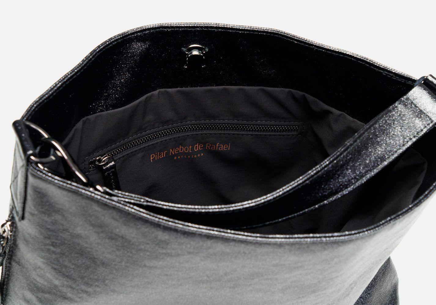 Bolso en tejido laminado con aspecto metalizado – Detalle modelo Beethoven en color negro