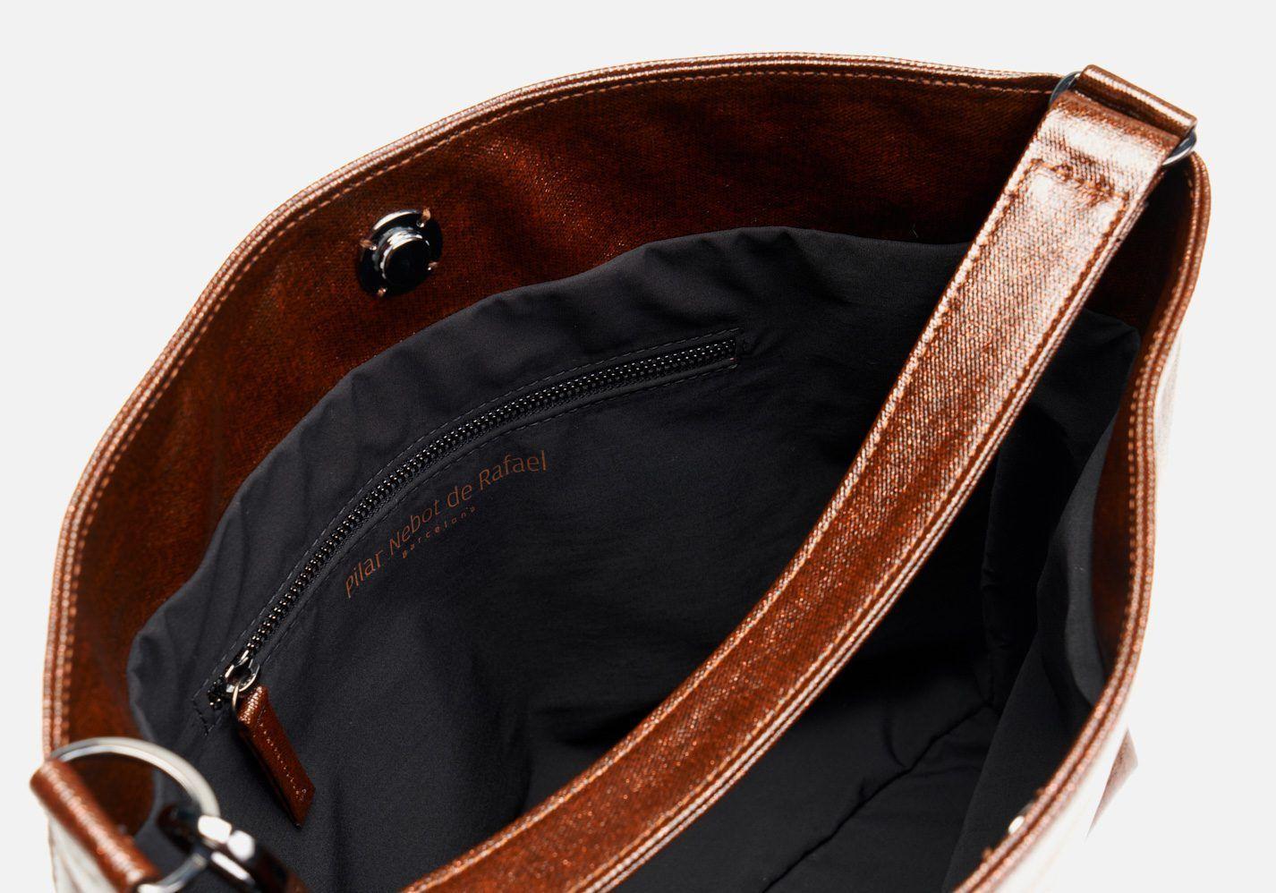 Bolso en tejido laminado con aspecto metalizado – Detalle modelo Beethoven en color vicuña