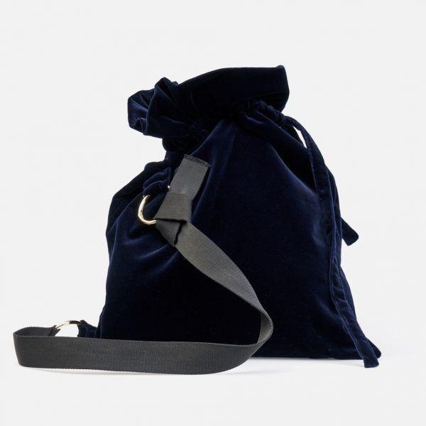 Bolso bandolera de terciopelo en color marino y cintería negra sujeta con anillas metálicas en color oro blanco - Frontal modelo Haendel en color azul-marino