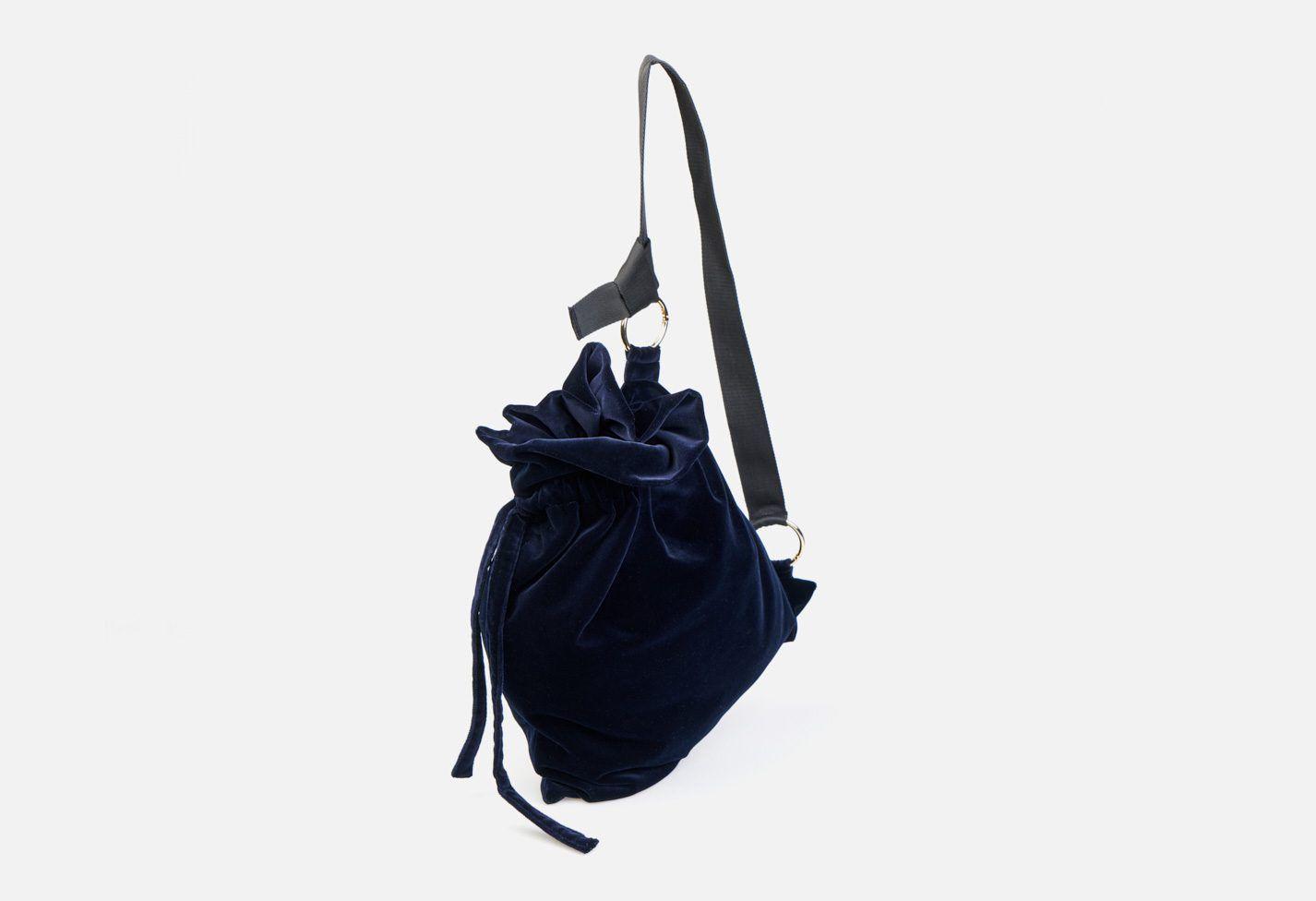 Bolso bandolera de terciopelo en color marino y cintería negra sujeta con anillas metálicas en color oro blanco - Modelo Haendel en color azul-marino