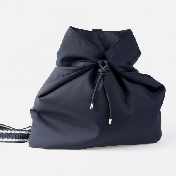 Bolso bandolera en color marino con cinta de rayas marino y plateado - Frontal modelo Wagner en color azul marino