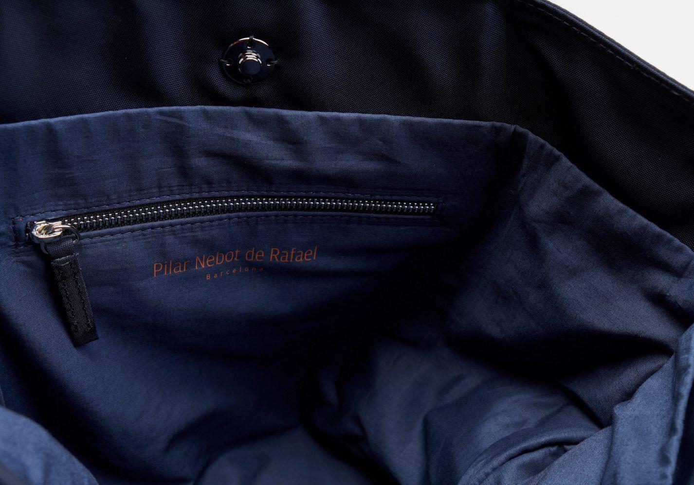 Bolso bandolera en color marino con cinta de rayas marino y plateado - Detalle modelo Wagner en color azul marino